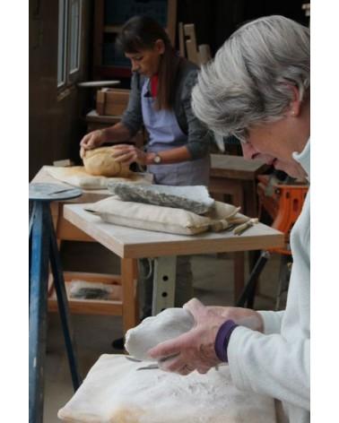 Op dinsdagmiddag is een van ons (de docent) aan het beeldhou