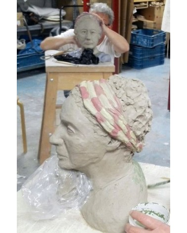Het boetseren van een portret naar levend model is intensief